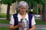 6zc_alte-dame-und-eine-urne.jpg