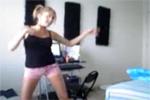 9qj_girl-tanzt-vor-webcam.jpg